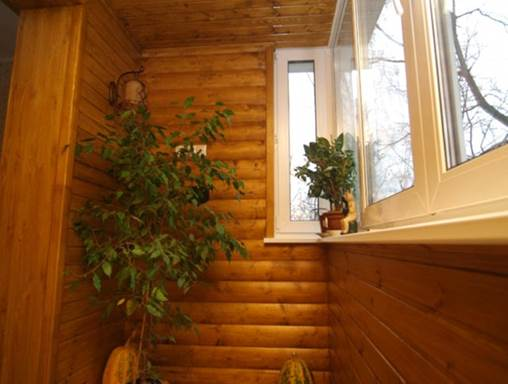 Блок-хаус в отделке балкона