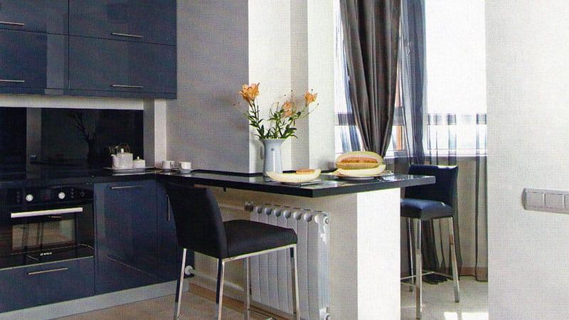 Стол на части стены при объединении кухни и лоджии