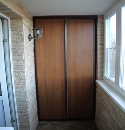 Шкаф-купе на узком балконе