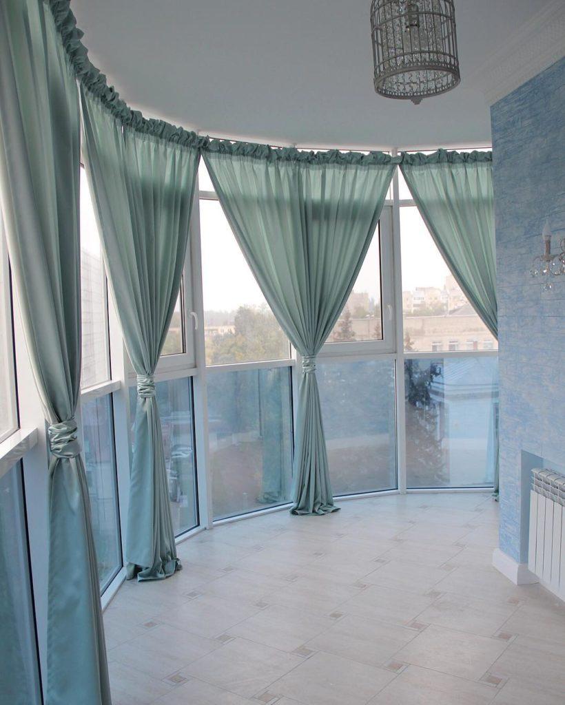 Легкие шторы на французском балконе