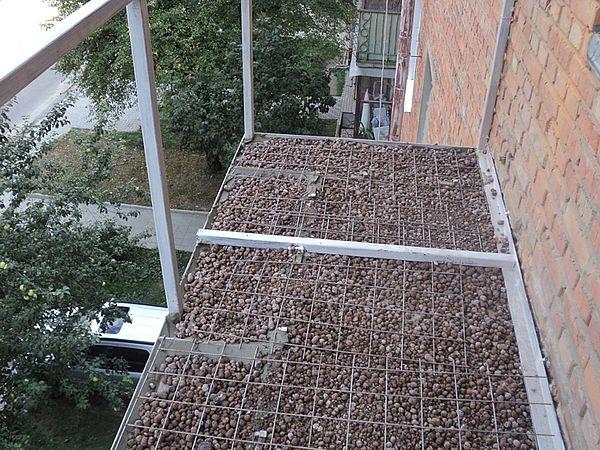 Армирование, чтобы сделать стяжку пола на балконе прочнее