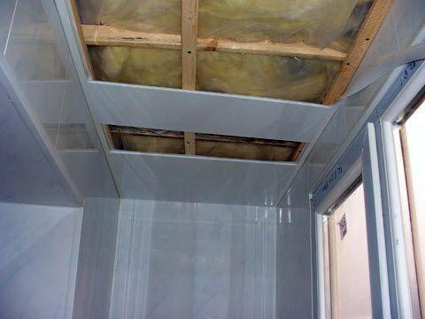 Отделка потолка балкона панелями