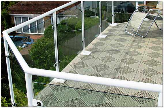 Из чего сделать пол на балконе – керамическая плитка