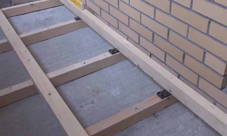 Процесс монтажа пола на балконе – укладка поперечных и продольных лаг