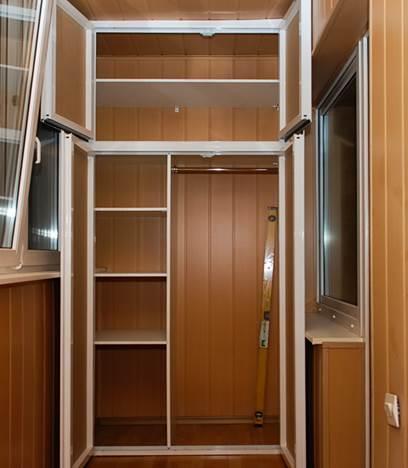 Встроенный шкаф на балкон с распашными дверцами