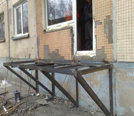Чтобы сделать балкон собирают основание