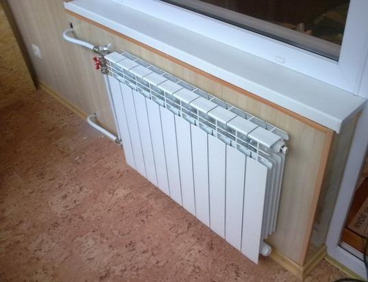 Батарея на балконе зимой