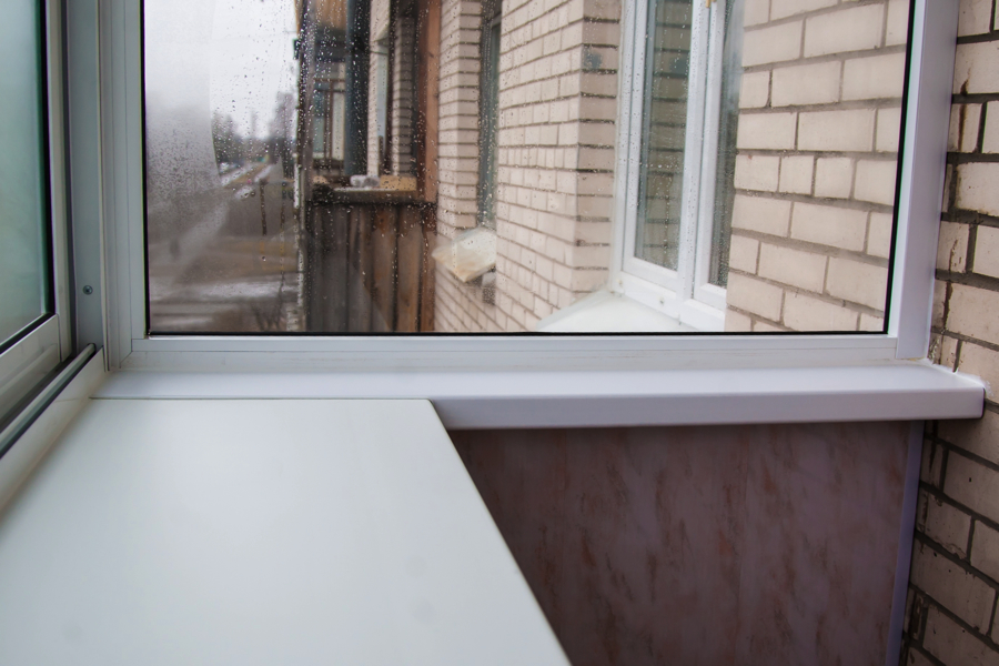 Широкий подоконник на балконе.