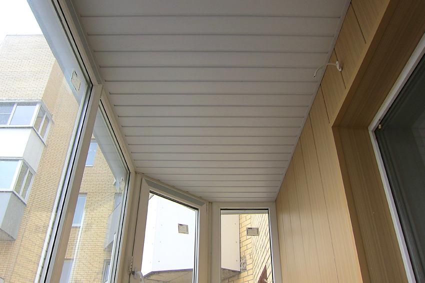 Отделка балкона пластиком - сайдинг