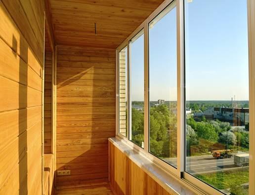 Внешний вид отделки балкона внутри вагонкой