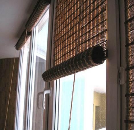 Бамбуковые шторы на кухню с балконной дверью