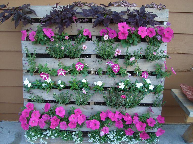 Деревянный парапет для цветов на балконе