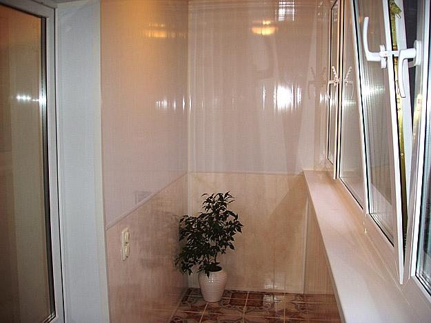 Можно обшить балкон пластиковыми панелями