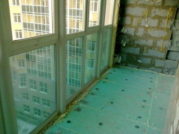 Процесс утепления витражного балкона