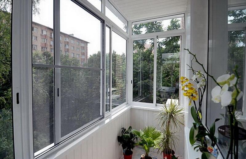 Раздвижной вариант холодного остекления балкона алюминиевым профилем