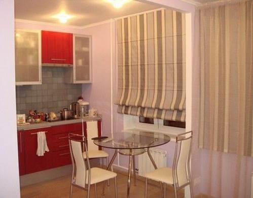 Римские шторы для кухни с балконом
