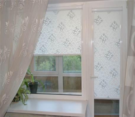 Рулонные шторы в дизайне кухни с балконной дверью