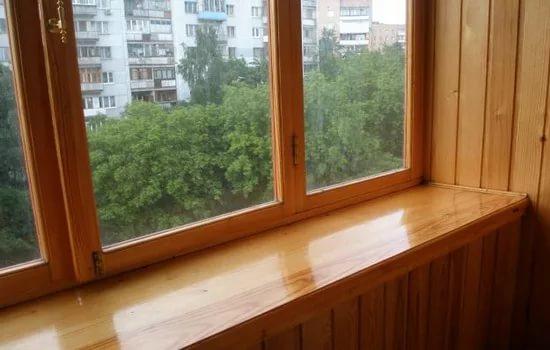 Вариант застекления балкона деревом