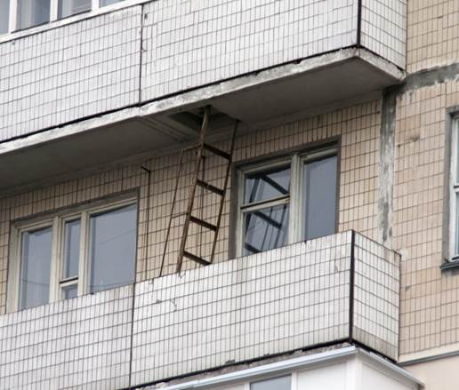 Внешний вид и расположение пожарной лестницы на балконе