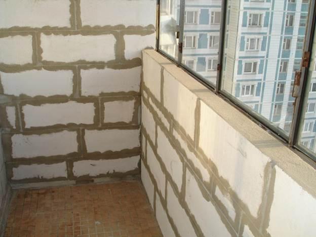 Готовый парапет балкона, выложенный из пеноблоков
