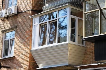 Балкон в хрущевке с выносом по подоконнику