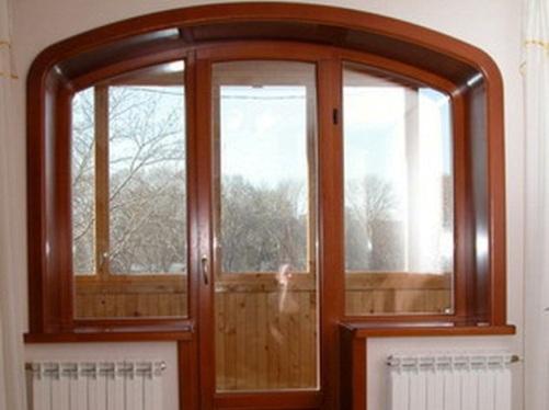 Балконный блок с пластиковыми окнами коричневого цвета