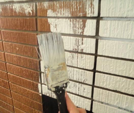 Кисть для покраски кирпичной стены на лоджии