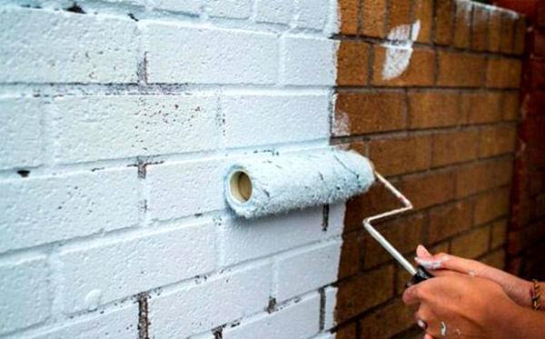 Окрашивание кирпичной кладки на балконе валиком