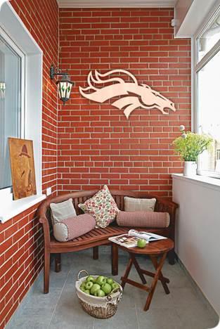Трафаретный рисунок на стене балкона