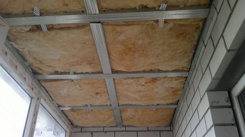 Укладка утеплителя в потолок