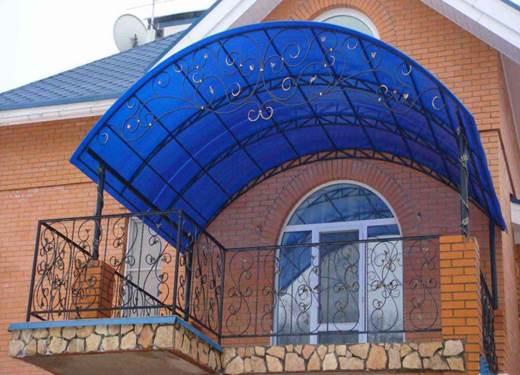 Вариант арочного навеса над балконом из поликарбоната