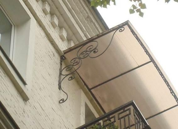 Вариант односкатного козырька над балконом из поликарбоната