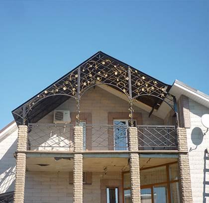 Внешний вид двускатного козырька для балкона из поликарбоната