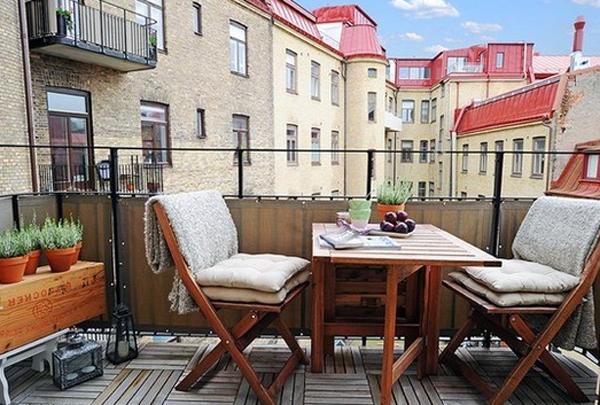 Компактная и ультрасовременная деревянная мебель на балконе