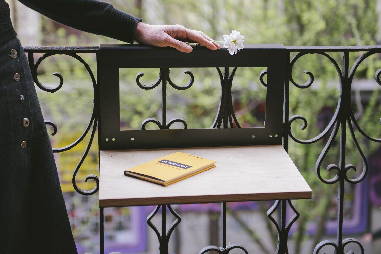 Металлическая решетка в качестве основы для столика на балконе
