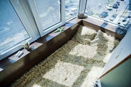 Спальное место на балконе на полу