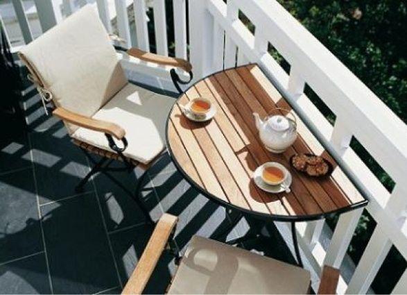 Откидной стол на открытом балконе