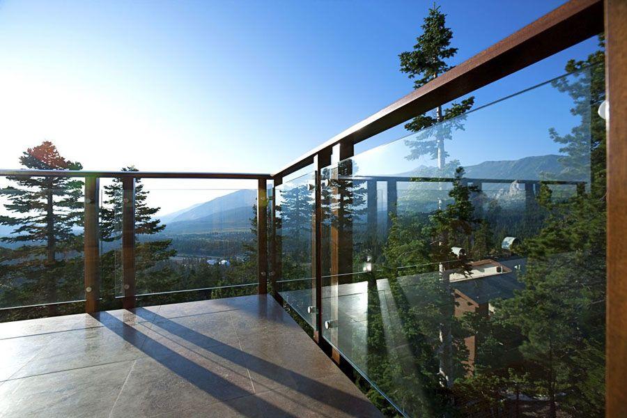Ограждения балкона с деревянными перилами