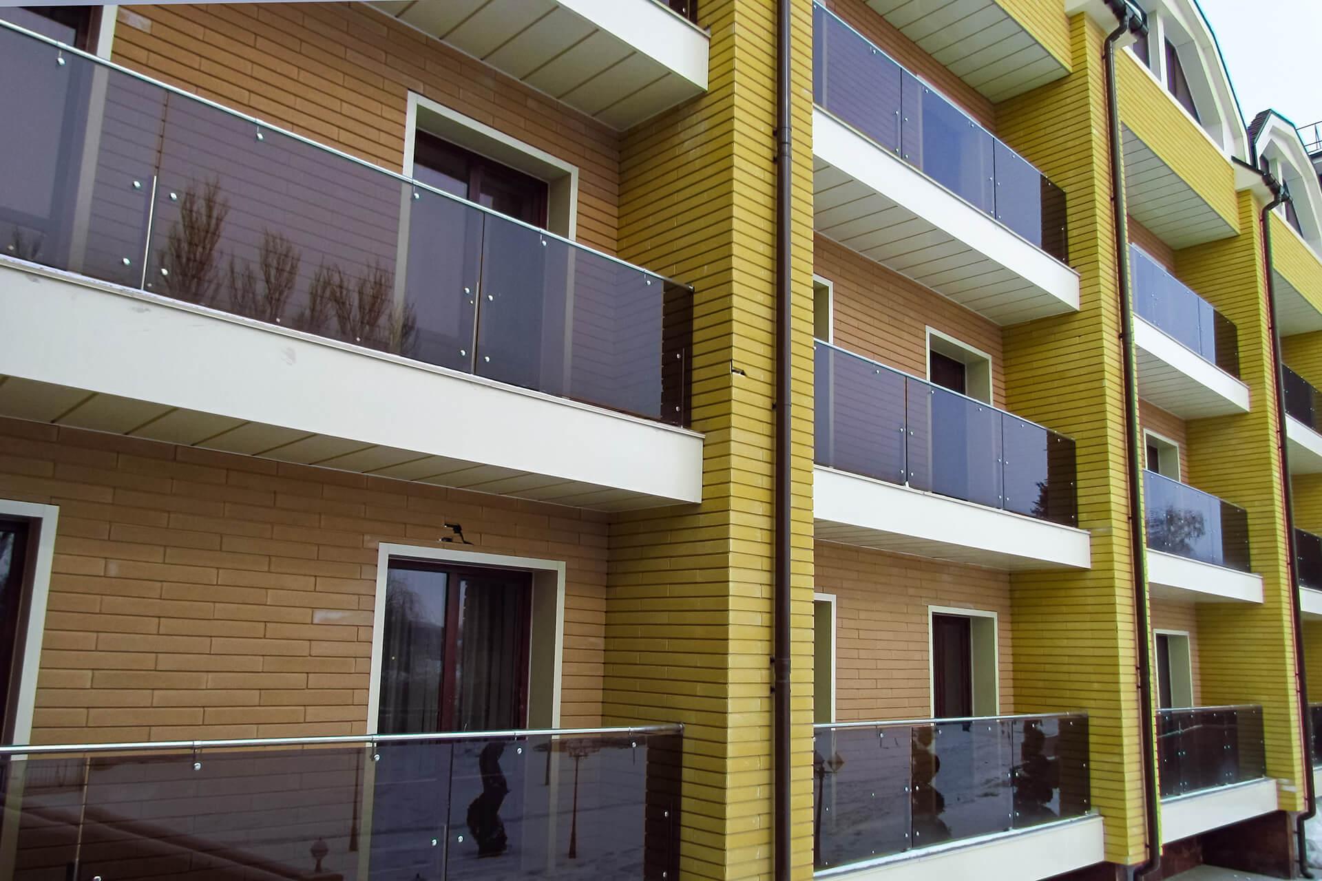 Стеклянные ограждения балкона в многоквартирном доме